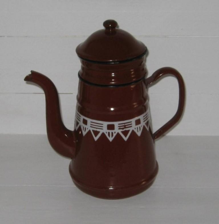 Ancienne cafetière en tôle émaillée marron à frise géométrique blanche
