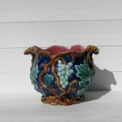 Ancien cache-pot en barbotine décor pampres de vigne