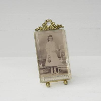 Cadre porte-photo ancien en laiton et verre biseauté à poser