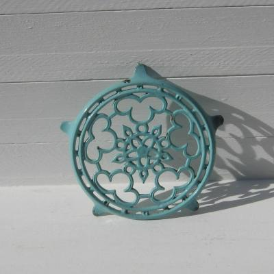 Dessous de plat ancien en fonte émaillée couleur bleu céladon