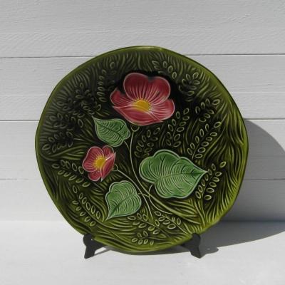Plat ancien en barbotine Sarreguemines DV France décor fleurs