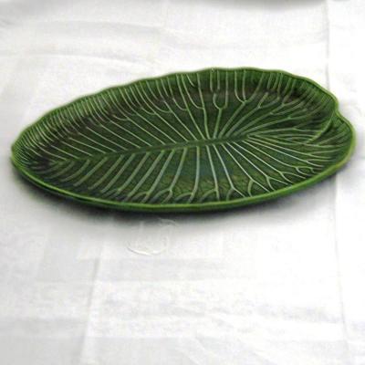 Ancien plat forme feuille verte nénuphar en barbotine Gien