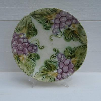 Ancienne assiette en barbotine décor pampres de vigne