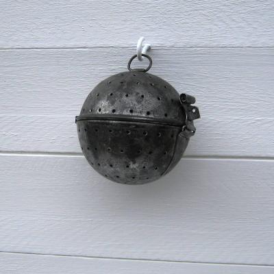 Ancienne boule à riz en métal étamé