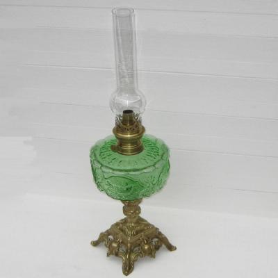 Ancienne grande lampe à pétrole réservoir en verre décor oiseaux pied en bronze