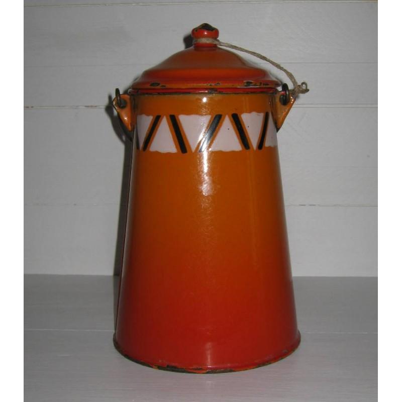 Ancienne laitiere en tole emaillee ton orange avec frise geometrique 3