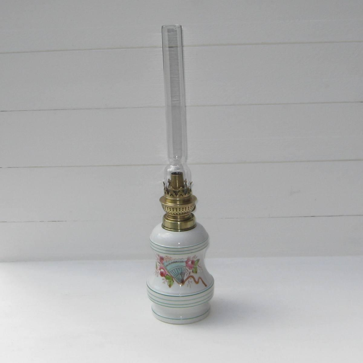 Ancienne lampe a petrole decor eventail 1
