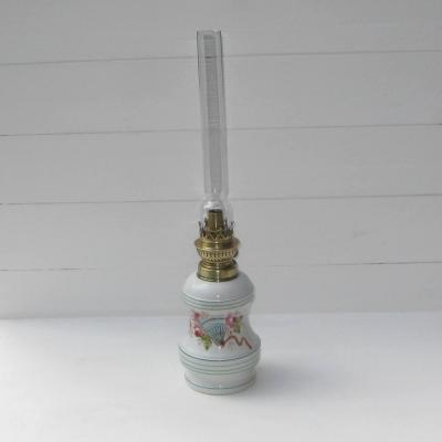 Ancienne lampe à pétrole décor roses éventail papillon