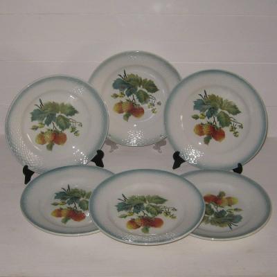 Six anciennes assiettes à dessert barbotine décor fraises fraisiers