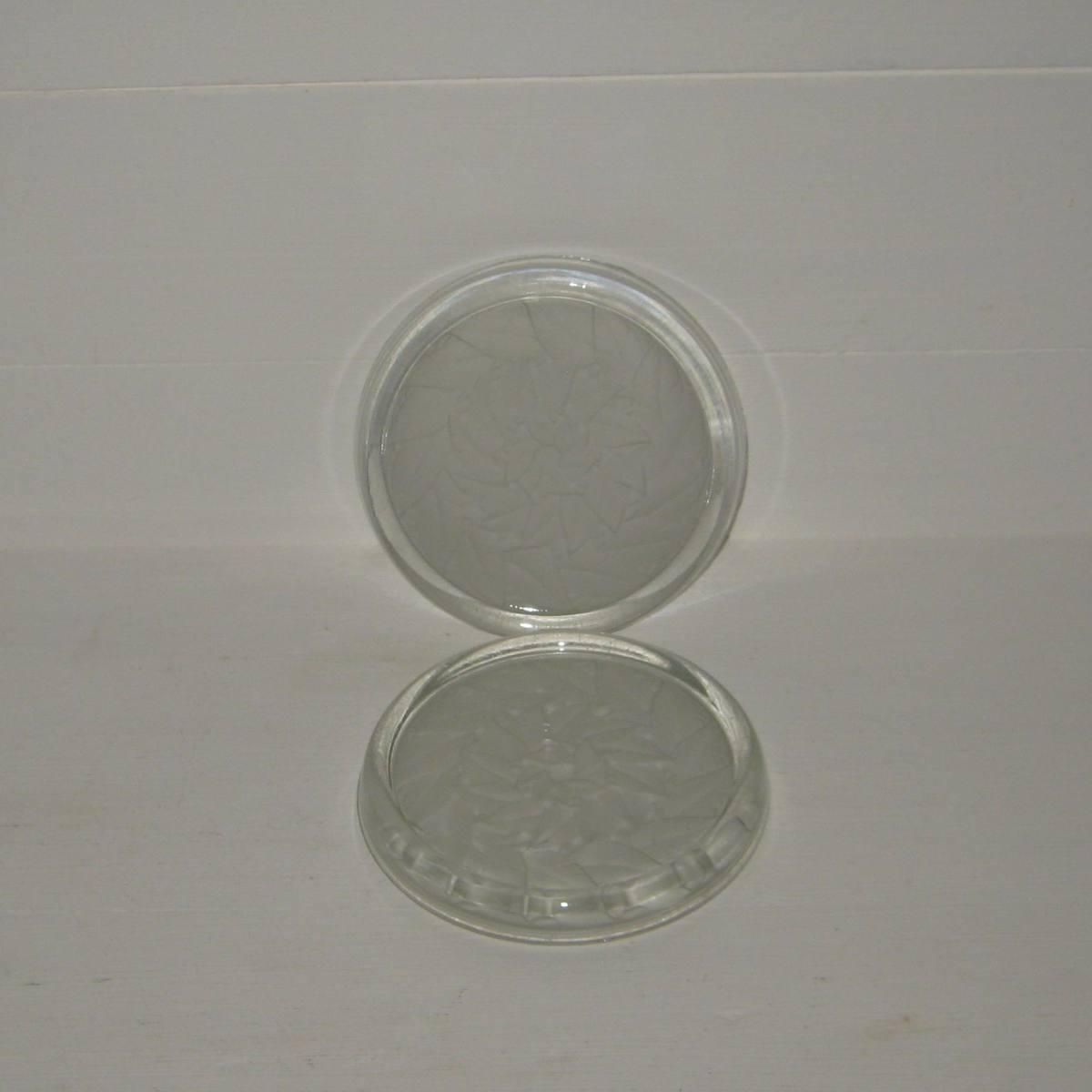 Anciens dessous de bouteille en verre blanc et satine 1