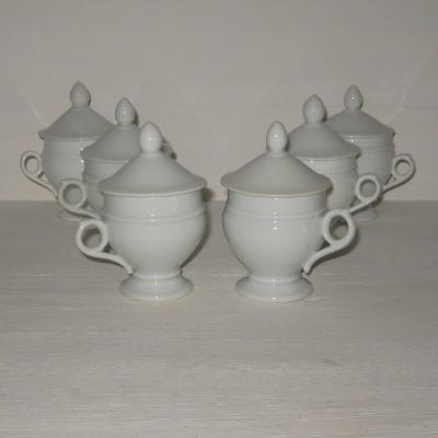 Six anciens pots à crème en porcelaine blanche