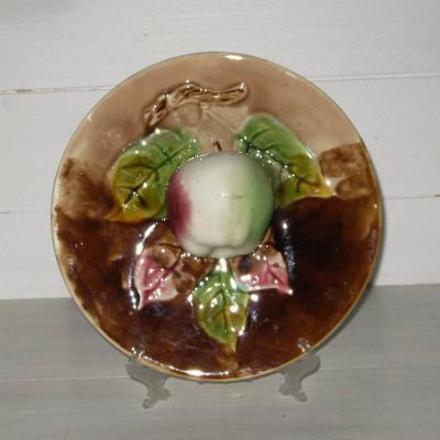 Ancienne assiette en barbotine fruit trompe l'oeil Orchies