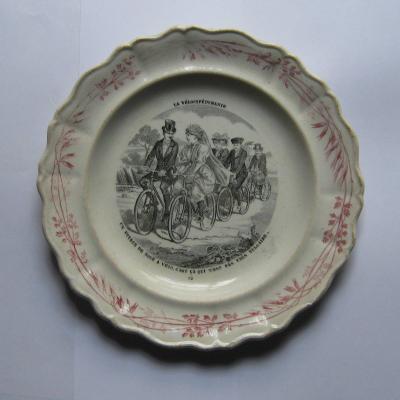 Ancienne assiette à dessert Creil et Montereau série La Vélocipédomanie N°12