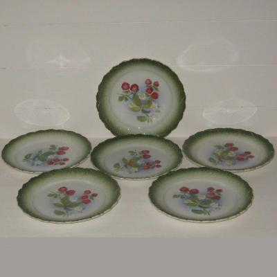 Six anciennes assiettes à dessert barbotine décor framboises ou fraises