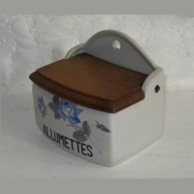 Ancienne boîte à allumettes pyrogène en porcelaine à décor d'une branche de roses bleues