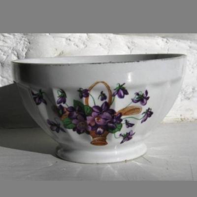Ancien bol en porcelaine facetté décor panier rempli de violettes Longchamp France