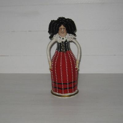 Bouteille scoubidou représentant une Alsacienne vintage années 60 sixties