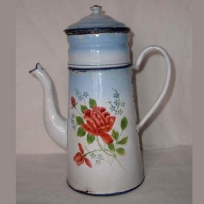 Cafetière en tôle émaillée blanche et dégradé de bleu à décor de roses et de myosotis
