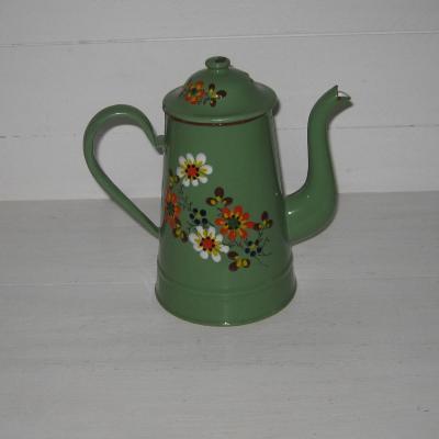 Ancienne cafetière en tôle émaillée fond vert décoré de fleurs