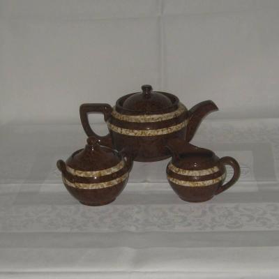 Une Cafetière/théière, un sucrier et un pot à lait Digoin Sarreguemines modèle Mary