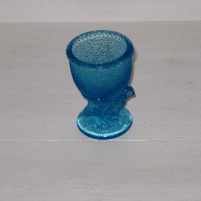Ancien coquetier en verre bleu moulé pressé décor poussin verrerie Fains