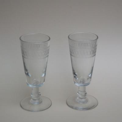 Deux anciens verres à absinthe avec frise gravée