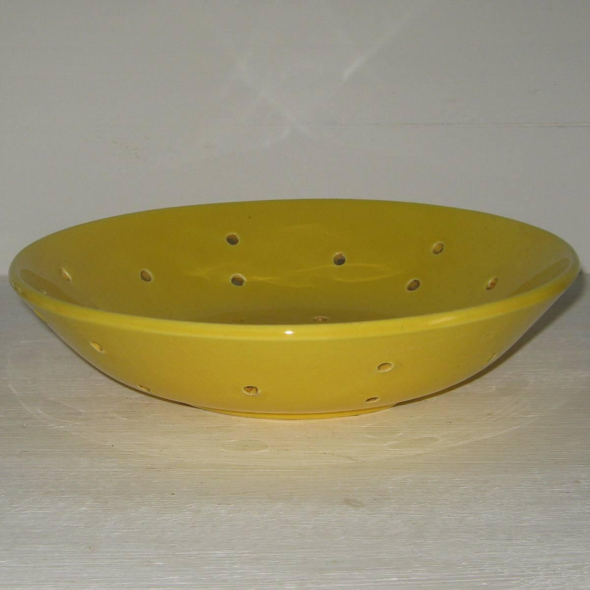 Faisselle en faience jaune 1