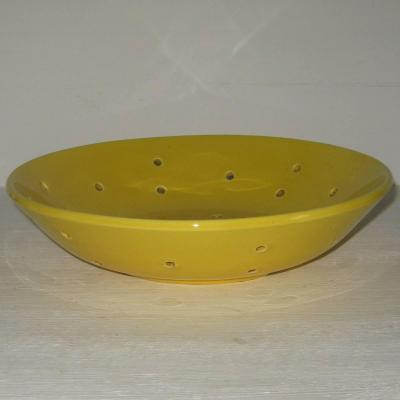 Assiette égouttoir à fraises ou à fromage frais faisselle ancienne en faïence jaune ou égouttoir ancien