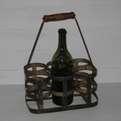 Ancien panier à bouteilles en métal avec sa poignée en bois