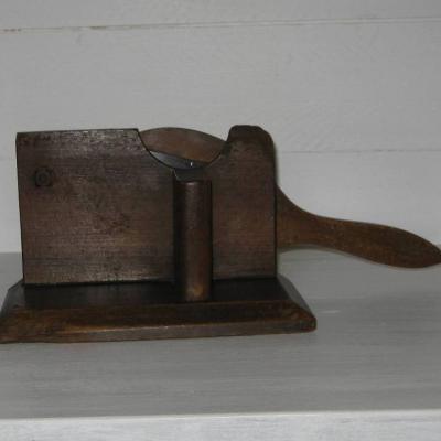 Ancienne râpe en bois grille en métal estampillée