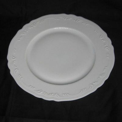 Assiette en porcelaine blanche décor en relief sur le marli Limoges France