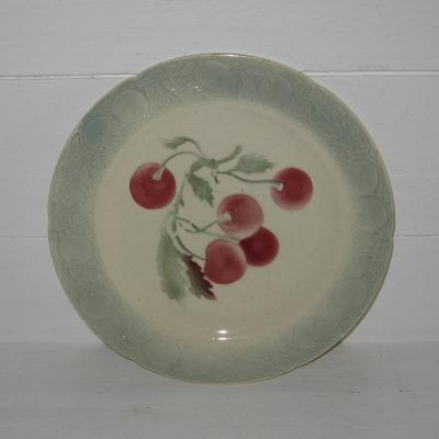Ancienne assiette à dessert barbotine KG St Clément décor cerises