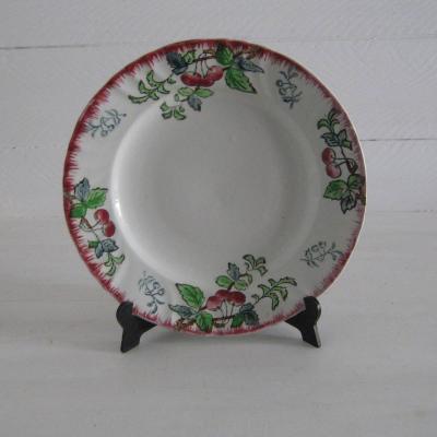 Ancienne assiette sur pied Montmorency Longwy décor cerises cherry