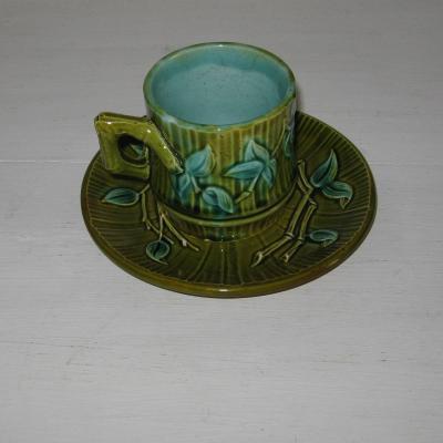 Ancienne tasse et sa sous-tasse en barbotine décor bambou