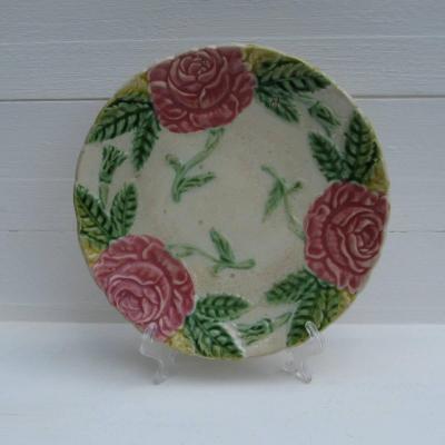 Ancienne assiette en barbotine décor de roses