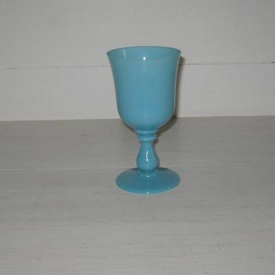 Ancien verre à pied en opaline bleue