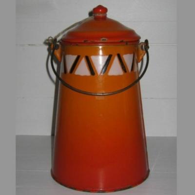 Ancienne laitière pot à lait en tôle émaillée ton orangé avec frise géométrique