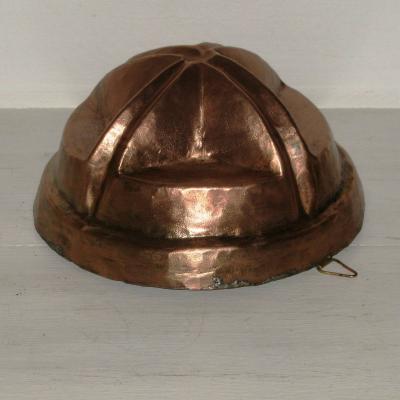 Ancien moule à gâteaux en cuivre martelé et étamé