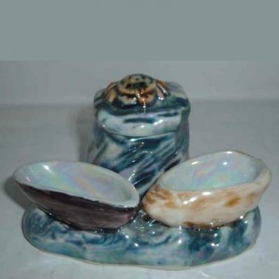 Ancien moutardier en porcelaine représentant un crabe sur un rocher, moule huître en guise de sel poivre