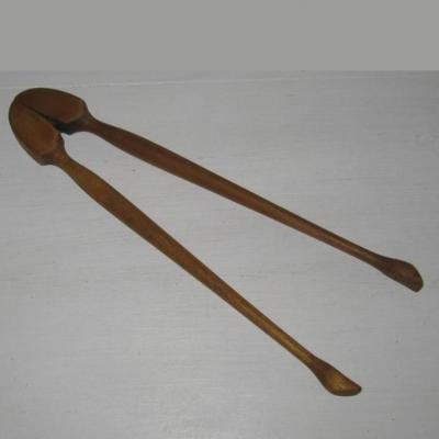Ancienne pince à cornichons en bois