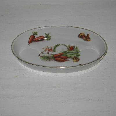 Ancien plat à gratin ovale en porcelaine à feu décor légumes