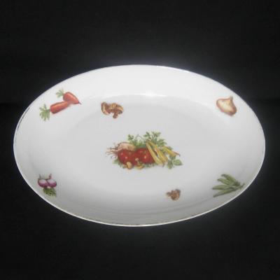 Ancien grand plat ovale en porcelaine décor légumes