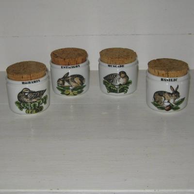 Quatre pots à épices herbes en porcelaine d'Auteuil Lobjoy service chasse