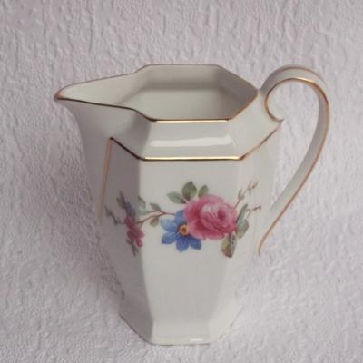 Ancien pot à lait en porcelaine Epiag Czéchoslovakia décor fleurs dont des roses