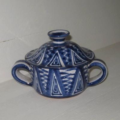 Bonbonnière sucrier bleu et blanc signé R P pour Robert Picault à Vallauris