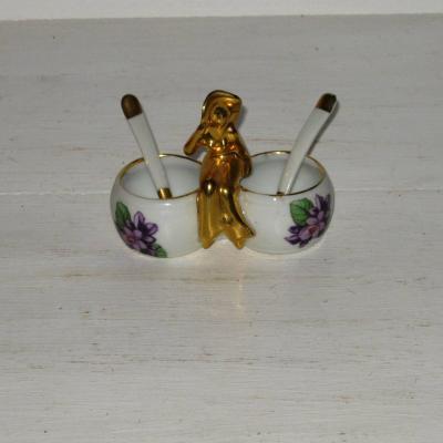 Ancien sel poivre décor de violettes surmonté d'une élégante au chapeau