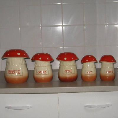 Ancienne série de pots à épices en céramique représentant des champignons amanites tue-mouches (5 pots)