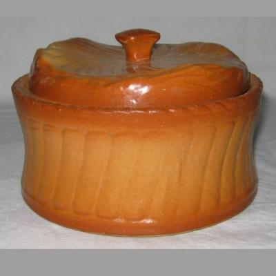 Ancienne terrine croûte représentant un pain brioché
