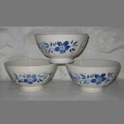 Trois anciens bols en faïence décor fleurs bleues