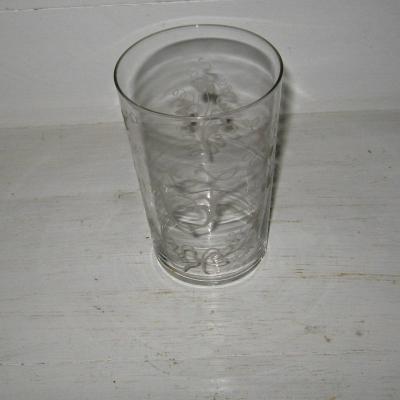Verre ancien ou gobelet en cristal à décor gravé de feuillage et de la lettre I